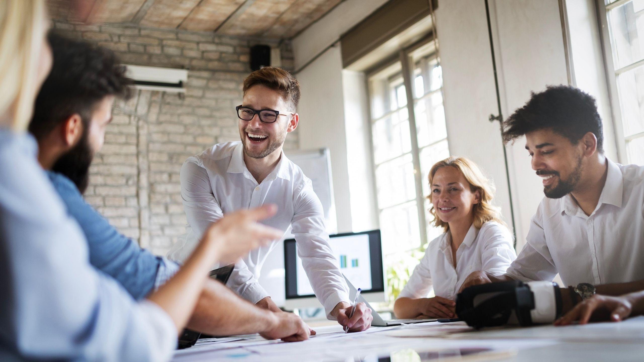 produktiv person som arbetar med sitt team