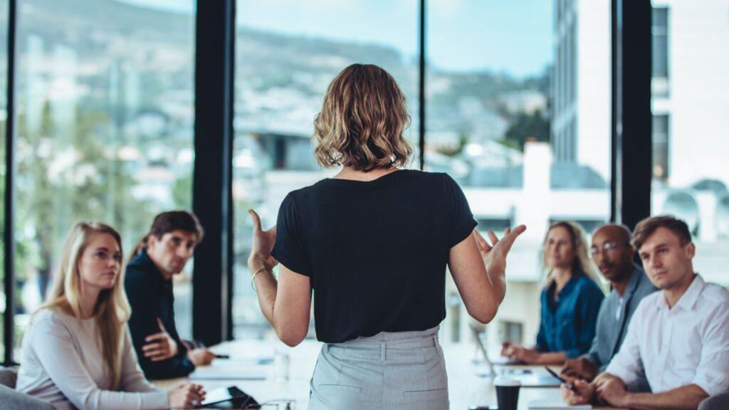 kvinnlig ledare som håller möte med arbetskamrater